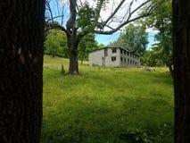 Αγρόκτημα που πλαισιώνεται από τα δέντρα Στοκ εικόνα με δικαίωμα ελεύθερης χρήσης