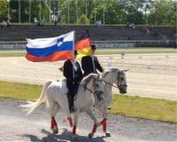 Αγρόκτημα στηριγμάτων Lipica, Σλοβενία, το Μάιο του 2016 Φορείς της σημαίας επίδειξης Στοκ εικόνες με δικαίωμα ελεύθερης χρήσης