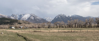 Αγρόκτημα της Μοντάνα και λιβάδι βουνών στοκ εικόνες με δικαίωμα ελεύθερης χρήσης