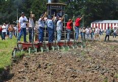 Αγρότες που οργώνουν το έδαφος Στοκ Εικόνες