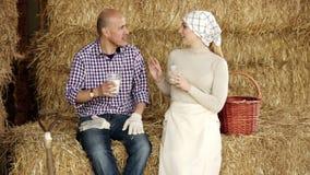 Αγρότες που παίρνουν τη μικρή διακοπή με το ποτήρι του γάλακτος απόθεμα βίντεο