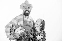 Αγρότης ή ο κηπουρός πατέρων οικογενειακών ο homegrown συγκομιδών αγροτών με την κόρη κρατά τα λαχανικά συγκομιδών καλαθιών Κηπου στοκ εικόνες