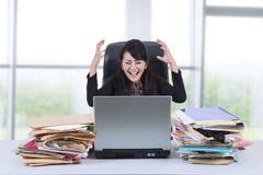 Αγχωτική επιχειρηματίας που κραυγάζει στο γραφείο 1 Στοκ φωτογραφία με δικαίωμα ελεύθερης χρήσης