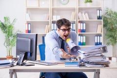 Αγχωτικός επιχειρηματίας που εργάζεται στο γραφείο Στοκ Εικόνες