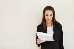 Αγχωτικό θηλυκό ανώτατο στέλεχος επιχείρησης με το διάστημα κειμένων Στοκ Φωτογραφία