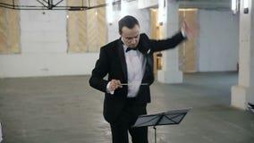 Αγωγός της κλασσικής ορχήστρας, συμφωνική ορχήστρα, μουσικός διευθυντής απόθεμα βίντεο