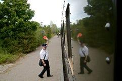 Αγωγός τραίνων που κυματίζει στο τραίνο Στοκ φωτογραφία με δικαίωμα ελεύθερης χρήσης