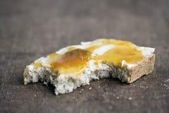 αγωμένη βούτυρο μισή μαρμελάδαφαγωμένη ψωμιού στοκ φωτογραφία