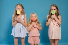 ?αγωμένη φίλη γλυκιά καραμέλα τριώνφαγωμένη μικρών κοριτσιών lollipop σε ένα ραβδί στοκ εικόνες