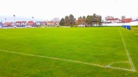 Αγωνιστικός χώρος ποδοσφαίρου σε Pozega, άποψη μέσω του διχτυού στοκ εικόνες