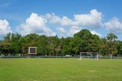 Αγωνιστικός χώρος ποδοσφαίρου και μπλε ουρανός Στοκ Εικόνα