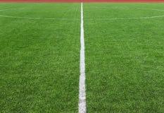 Αγωνιστικός χώρος ποδοσφαίρου ποδοσφαίρου που διαιρείται με την άσπρη γραμμή Στοκ Εικόνα