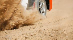 Αγωνιστικό αυτοκίνητο συνάθροισης στη διαδρομή ρύπου στοκ εικόνες