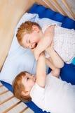 Αγόρια λίγων αμφιθαλών που έχουν τη διασκέδαση στο κρεβάτι στο σπίτι Στοκ Εικόνα