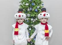 Αγόρια, δίδυμα στα κοστούμια καρναβαλιού των χιονανθρώπων Στοκ Εικόνα