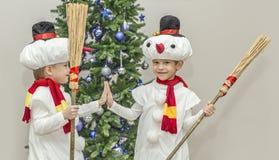 Αγόρια, δίδυμα στα κοστούμια καρναβαλιού των χιονανθρώπων Στοκ εικόνα με δικαίωμα ελεύθερης χρήσης
