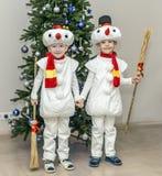 Αγόρια, δίδυμα στα κοστούμια καρναβαλιού των χιονανθρώπων Στοκ φωτογραφία με δικαίωμα ελεύθερης χρήσης