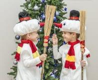 Αγόρια, δίδυμα στα κοστούμια καρναβαλιού των χιονανθρώπων Στοκ εικόνες με δικαίωμα ελεύθερης χρήσης