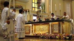 Αγόρια βωμών προς τιμήν στην εκκλησία κατά τη διάρκεια του μαζικού εορτασμού φιλμ μικρού μήκους