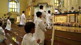 Αγόρια βωμών προς τιμήν στην εκκλησία κατά τη διάρκεια του μαζικού εορτασμού απόθεμα βίντεο