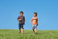 αγόρια κάτω από το τρέξιμο λό&ph Στοκ εικόνες με δικαίωμα ελεύθερης χρήσης