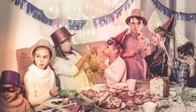 Αγόρια και κορίτσια ευτυχή να δουν το ένα το άλλο κατά τη διάρκεια του γεύματος Χριστουγέννων Στοκ εικόνα με δικαίωμα ελεύθερης χρήσης