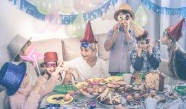 Αγόρια και κορίτσια ευτυχή να δουν το ένα το άλλο κατά τη διάρκεια του γεύματος Χριστουγέννων Στοκ φωτογραφίες με δικαίωμα ελεύθερης χρήσης