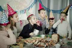 Αγόρια και κορίτσια ευτυχή να δουν το ένα το άλλο κατά τη διάρκεια του γεύματος Χριστουγέννων Στοκ φωτογραφία με δικαίωμα ελεύθερης χρήσης