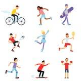 Αγόρια και κορίτσια εφήβων που συμμετέχουν στις διαφορετικές αθλητικές δραστηριότητες, αθλητικά παιδιά που ασκούν στη γυμναστική  Στοκ Φωτογραφίες