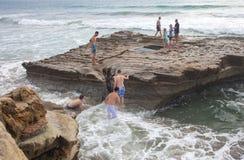 Αγόρια και κορίτσια στο βράχο Tidepool Στοκ φωτογραφία με δικαίωμα ελεύθερης χρήσης