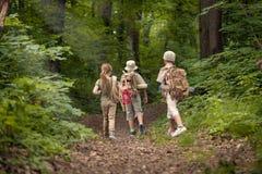 Αγόρια και κορίτσι στο ταξίδι στρατοπέδευσης στη δασική εξερεύνηση Στοκ εικόνα με δικαίωμα ελεύθερης χρήσης