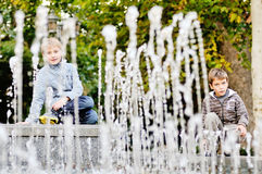 Αγόρια κοντά στα υδάτινα έργα Στοκ Εικόνες