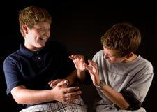 αγόρια μεταξύ τους πείραγ στοκ φωτογραφίες με δικαίωμα ελεύθερης χρήσης