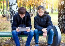 Αγόρια με μια ταμπλέτα υπαίθρια Στοκ Εικόνες