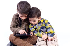 Αγόρια με την ταμπλέτα Στοκ εικόνες με δικαίωμα ελεύθερης χρήσης