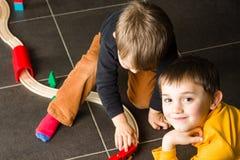 Αγόρια παιδιών που παίζουν με τα ξύλινα τραίνα Στοκ φωτογραφίες με δικαίωμα ελεύθερης χρήσης