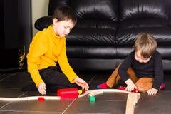 Αγόρια παιδιών που παίζουν με τα ξύλινα τραίνα Στοκ εικόνες με δικαίωμα ελεύθερης χρήσης