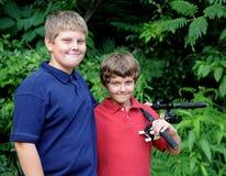αγόρια που αλιεύουν τη μετάβαση Στοκ Φωτογραφίες
