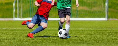 Αγόρια που κλωτσούν τη σφαίρα ποδοσφαίρου Παιχνίδι ποδοσφαίρου νεολαίας για τα παιδιά Πρωταθλήματα ποδοσφαίρου Στοκ Φωτογραφίες
