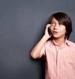 Αγόρια που μιλούν στο τηλέφωνο Στοκ Φωτογραφίες