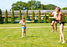 Αγόρια που παίζουν με τα παιχνίδια νερού, θερινές διακοπές Στοκ Φωτογραφία
