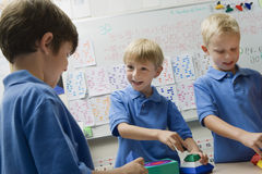 Αγόρια που παίζουν με τα παιχνίδια σε Playschool Στοκ φωτογραφία με δικαίωμα ελεύθερης χρήσης