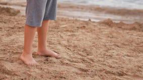 Αγόρια που παίζουν την αντισφαίριση στην παραλία απόθεμα βίντεο