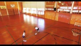 Αγόρια που παίζουν την καλαθοσφαίριση στο δικαστήριο απόθεμα βίντεο