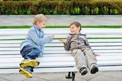 Αγόρια που παίζουν το βράχος-χαρτί-ψαλίδι Στοκ Φωτογραφίες