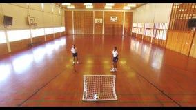 Αγόρια που παίζουν το ποδόσφαιρο στο δικαστήριο φιλμ μικρού μήκους