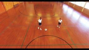 Αγόρια που παίζουν το ποδόσφαιρο στο δικαστήριο απόθεμα βίντεο
