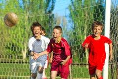αγόρια που παίζουν το ποδόσφαιρο Στοκ εικόνες με δικαίωμα ελεύθερης χρήσης