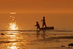 Αγόρια που πιάνουν τα ψάρια Στοκ Εικόνες