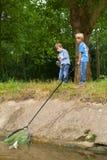 Αγόρια που πιάνουν τα ψάρια Στοκ εικόνες με δικαίωμα ελεύθερης χρήσης
